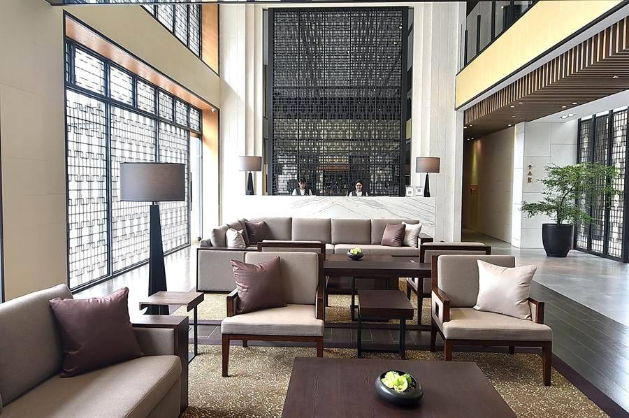 淡水〈蕴泉庄〉度假饭店的Check in大厅,装潢设计气派大器且舒适时尚。(图/姚舜)