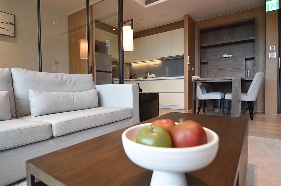 淡水〈蕴泉庄〉度假饭店客房内的家俱与电器设施一应俱全。(图/姚舜)