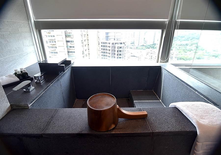 淡水〈蕴泉庄〉度假饭店的每间房内都有温泉泡汤池。(图/姚舜)