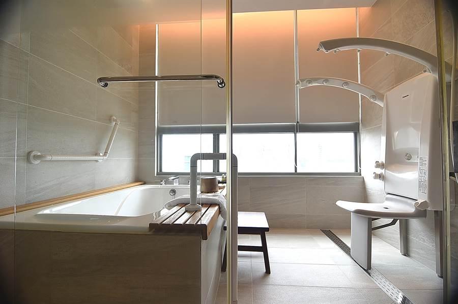 淡水〈蕴泉庄〉度假饭店的套房浴室内除有泡澡浴缸,并设有养生SPA浴座,坐着即可淋浴与水疗。(图/姚舜)