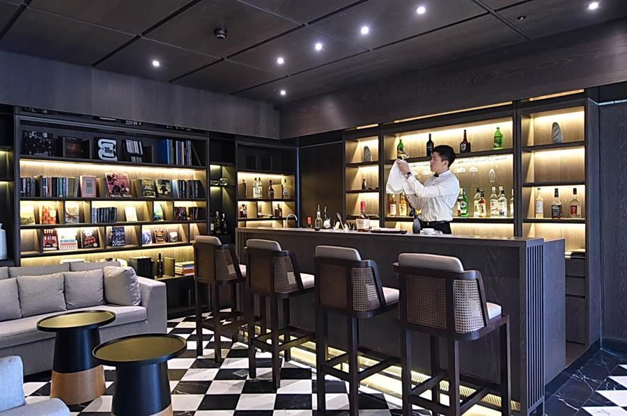 淡水〈蕴泉庄〉度假饭店2楼设有名为「饮冰室」的阅读休憩空间,提供独特的茶酒特调。(图/姚舜)