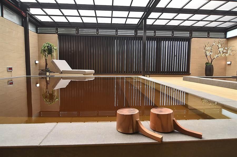 淡水〈蕴泉庄〉设有男女大眾祼汤区,并以现代禅风设计,提供类似露天风吕的体验。(图/姚舜)