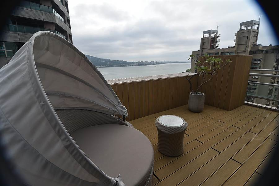 〈蕴泉庄〉每间客房都有河湾海景景观,并都有大型阳台,高楼层大坪数的套房阳台布置宛如villa。(图/姚舜)