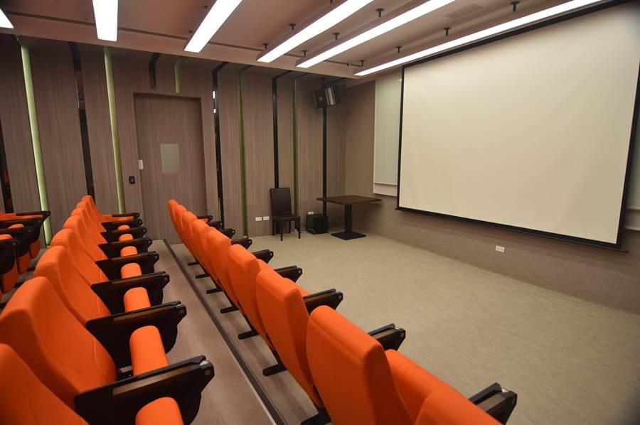 淡水〈蕴泉庄〉度假饭店馆内设有可容纳54人的阶梯式「影戏院」,除观赏电影并可作为企业会议使用。(图/姚舜)