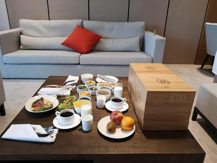 旅客下榻淡水〈蕴泉庄〉度假饭店,每日早餐都会由服务人员送到客房内可在房内享用。(图/姚舜)