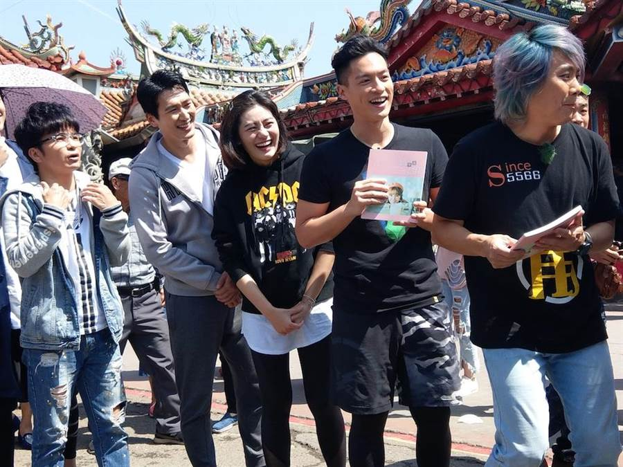 邵翔(左二)與小蠻一起上節目闖關玩遊戲。(圖片提供:中視)