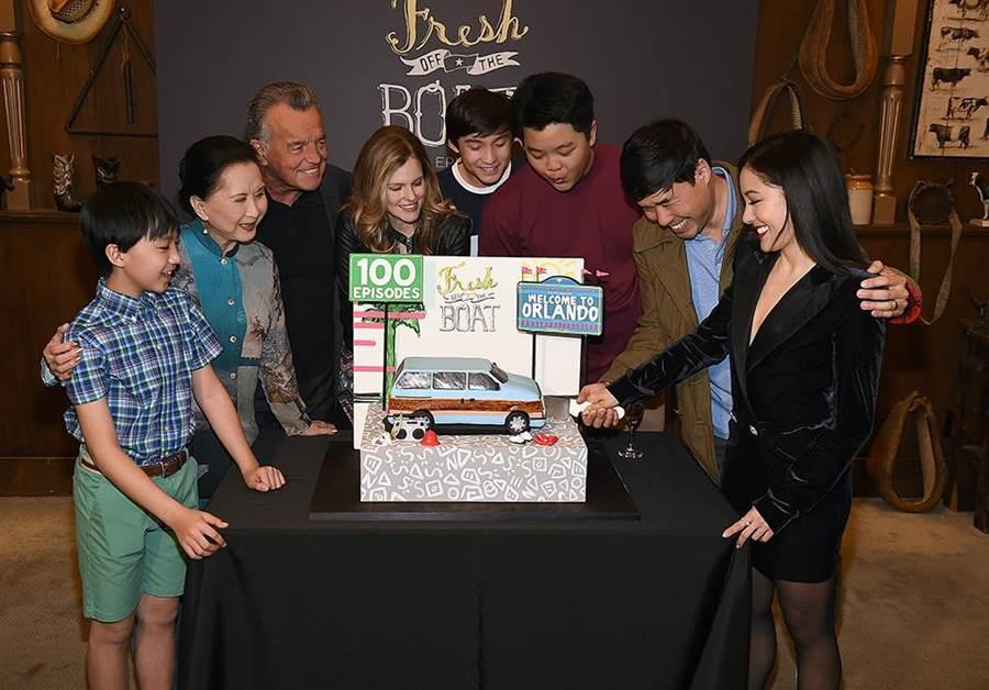 《菜鳥新移民》邁入百集,台美文化交流成為關注焦點。(FOX頻道提供)