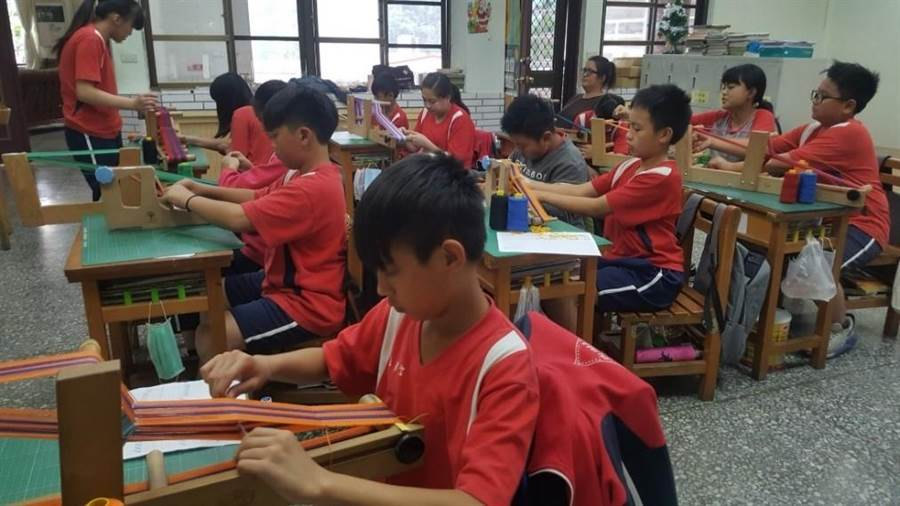 博屋瑪國小學童利用桌上型織帶機織作織帶。(陳世宗翻攝)