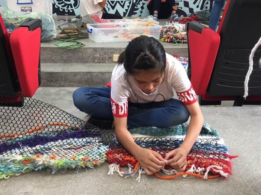 博屋瑪國小學童利用線材與黑網織作服裝。(陳世宗翻攝)
