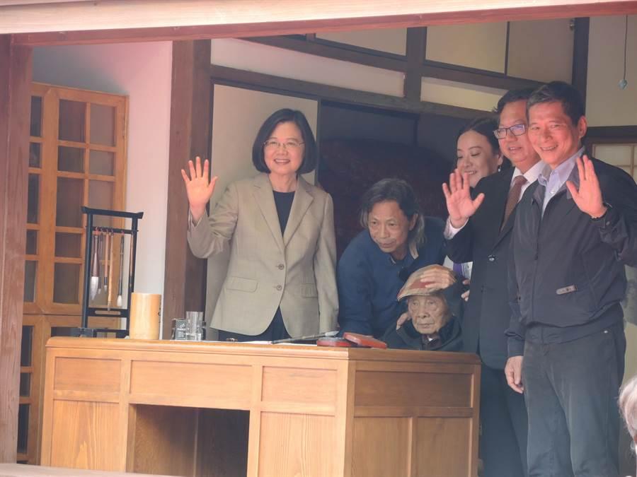 蔡英文總統(左)希望執政團隊團結一至,把國家帶往更好的方向。(邱立雅攝)