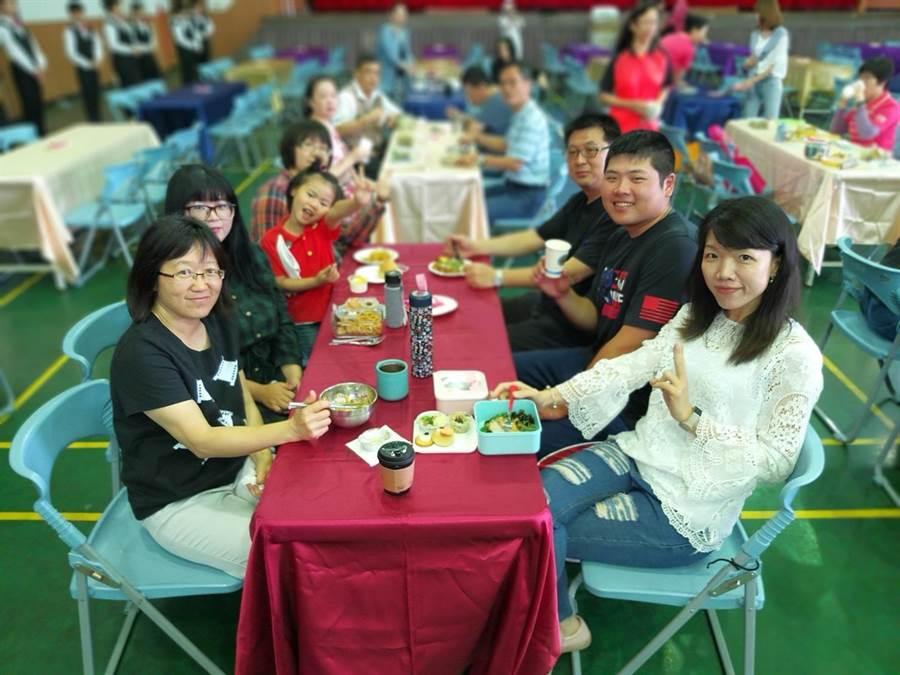 至善高中餐飲科學生期末成果展移師仁和國中舉辦。(邱立雅翻攝)