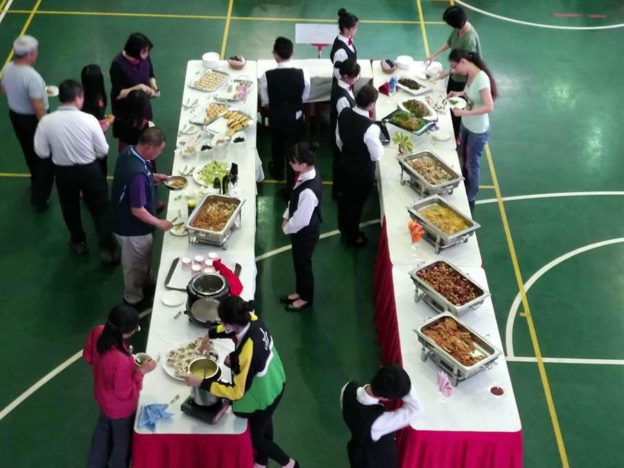 至善高中餐飲科學生展現學習成果,提供200人份美食佳餚給鄰近國中。(邱立雅翻攝)