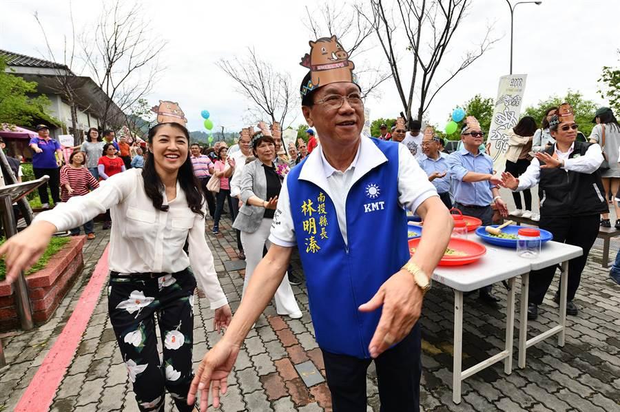許淑華(左)參加製脆梅活動,與縣長林明溱帶領來賓及遊客熱舞,現場情緒超high。(沈揮勝攝)