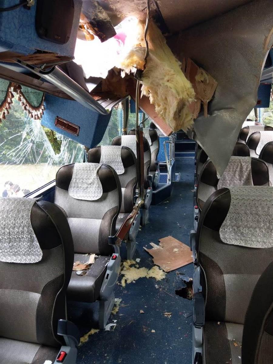 花蓮太魯閣九曲洞路段今下午發生落石砸穿遊覽車意外,落石從右側車窗貫穿,上方車頂也受損。(張祈翻攝)