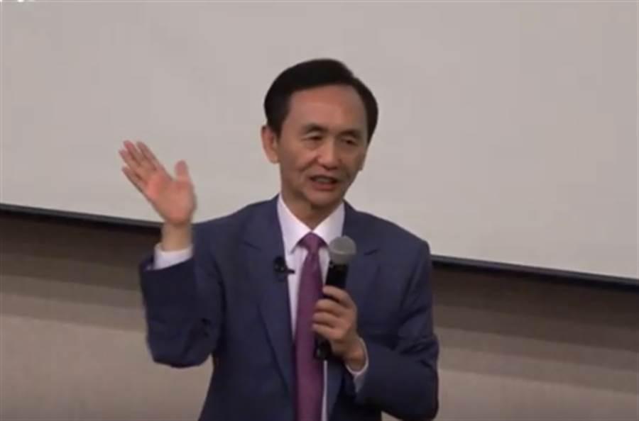 美麗島電子報董事長吳子嘉今(20)日在演講中公布最新民調。(圖/擷取自「rj流理台」Youtube直播)