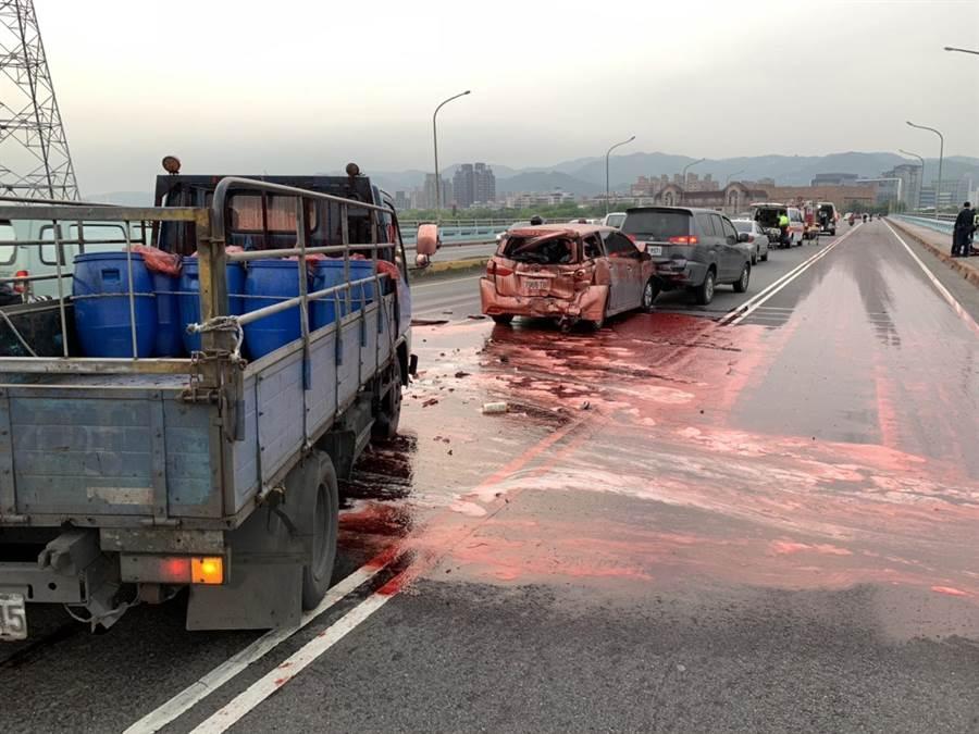 載運豬血的貨車衝撞前車,導致大量豬血傾灑路面。(王揚傑翻攝)