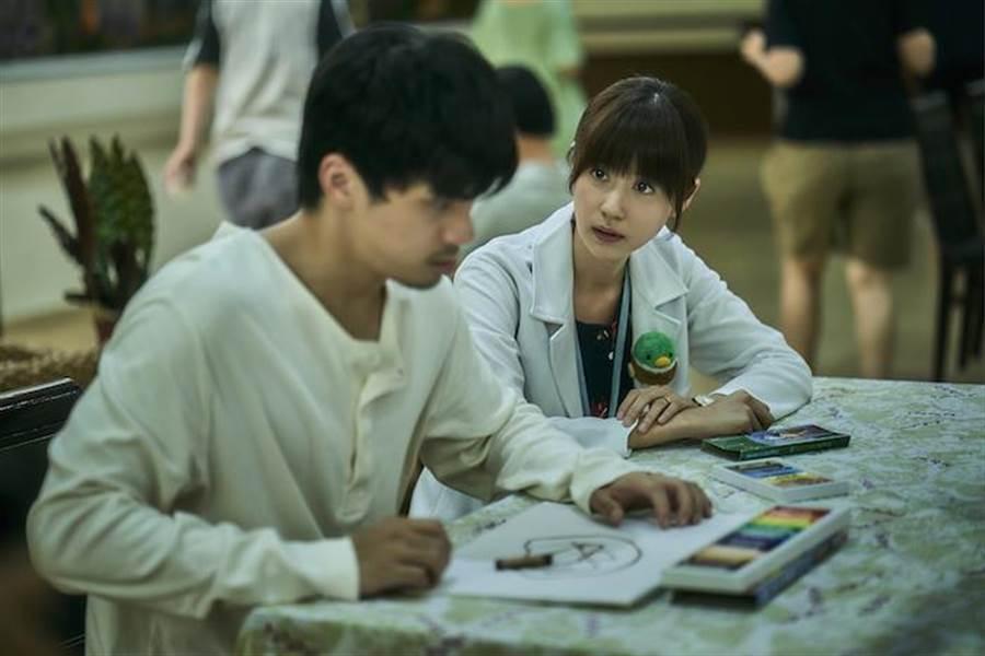 林予晞(右)扮演精神科社工師,耐心地輔導思覺失調病人林哲熹。公視提供