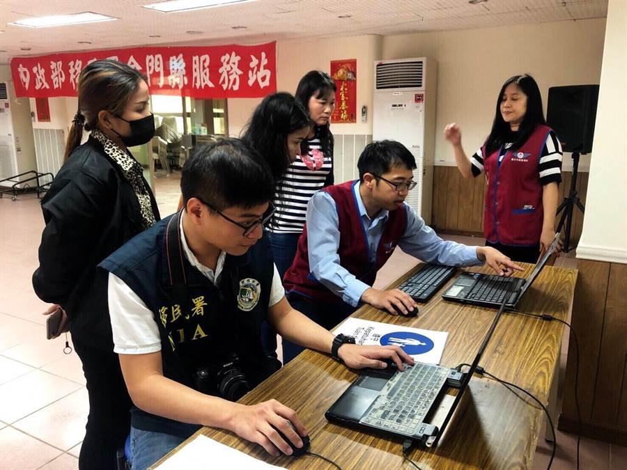 在移民署通譯人員協助下,新住民透過電腦模擬操作。(金門縣服務站提供)