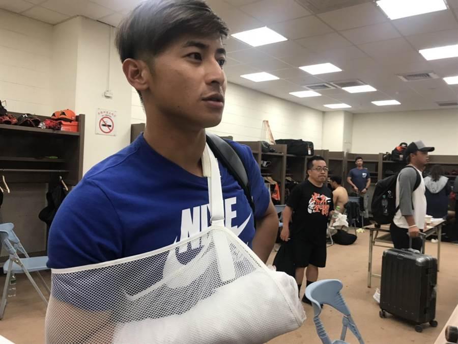 陳傑憲遭球吻送醫後返回球場。(鄧心瑜攝)