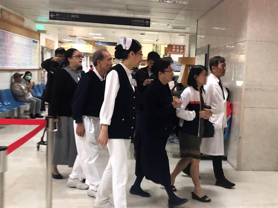 19日上午8點多,花蓮慈濟志工在機場接第一批前來的家屬到慈濟醫學中心。(圖/為慈濟基金會提供)