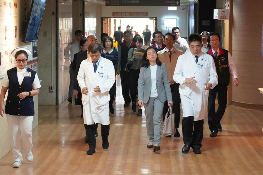 19日馬來西亞駐台代表何瑞萍、花蓮縣政府等人,前往花蓮慈濟醫學中心關心因地震受重傷的民眾。(圖/慈濟基金會提供)