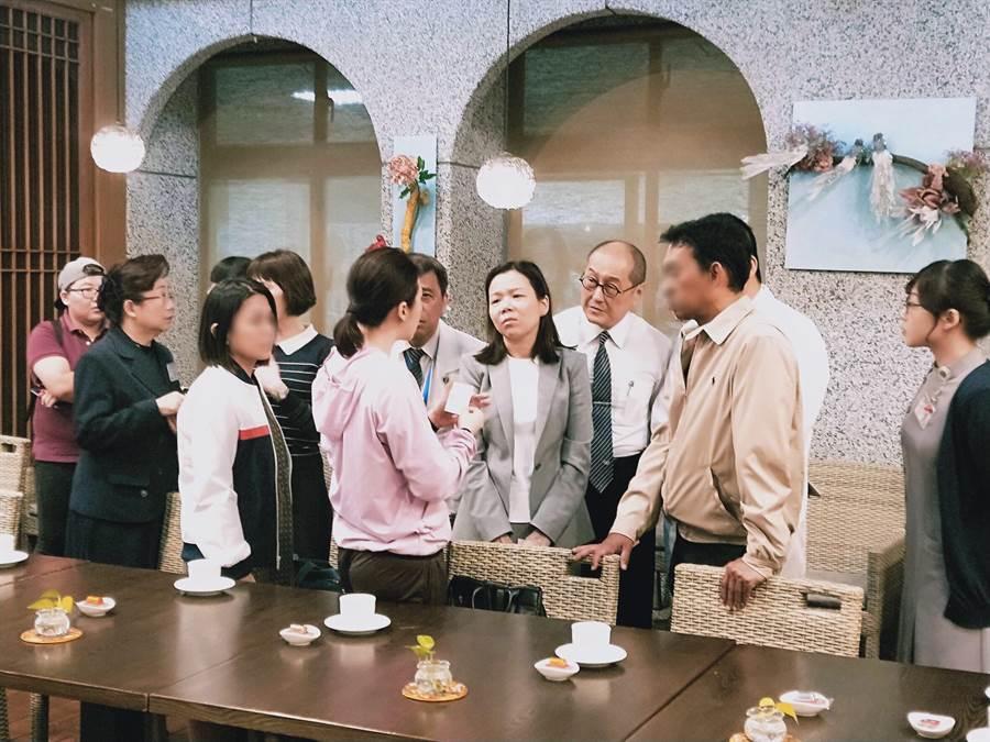 慈濟慈善基金會副執行長劉濟雨(右3)、馬來西亞駐台代表何瑞萍(右4))關懷朱先生的家屬。(圖/慈濟基金會提供)