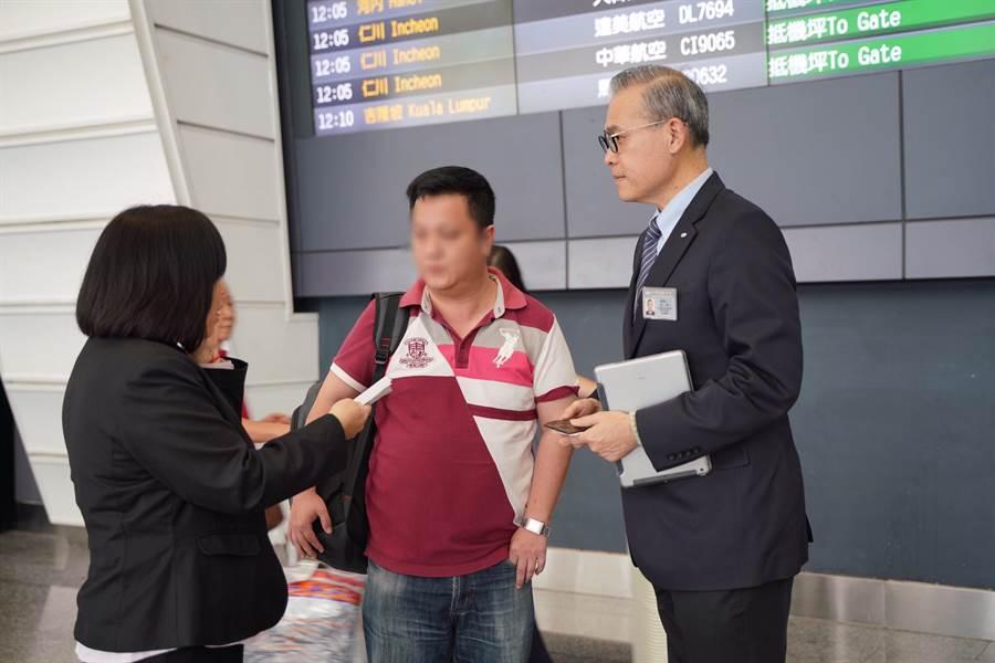 外交部人員(左)在桃園國際機場協助朱先生的家屬通關,再由慈濟志工(右)陪同前往花蓮。(圖/慈濟基金會提供)