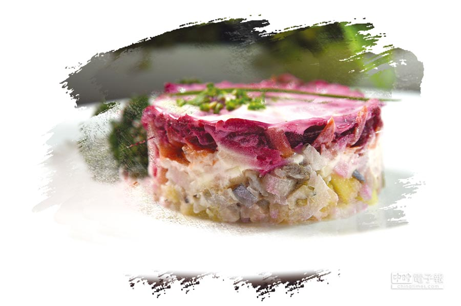 用鯡魚肉、紅蘿蔔、馬鈴薯與洋蔥層層堆疊的〈甜菜根鯡魚沙拉〉,形色味皆很誘人,又稱「穿著皮草的鯡魚」。圖/姚舜