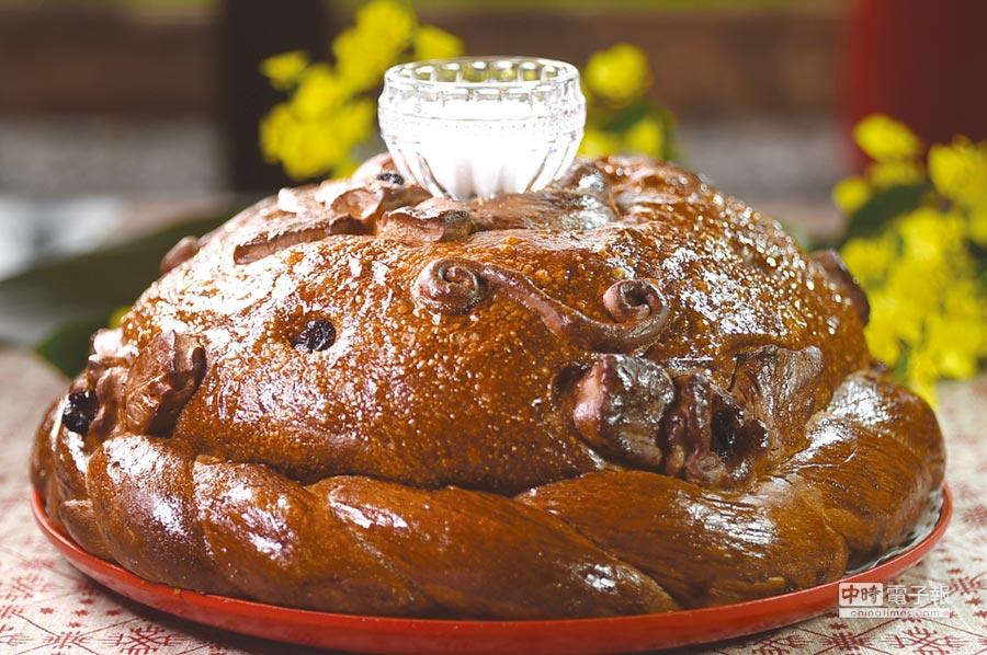 大大圓圓的〈俄羅斯迎賓麵包〉,外層表面有不同紋飾,這種麵包最常出現在婚禮中。圖/姚舜