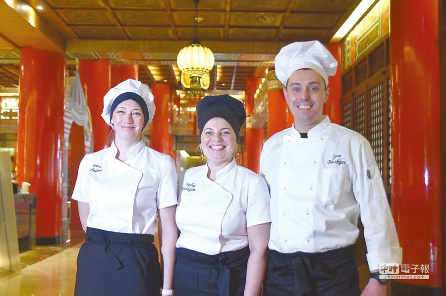 台北圓山飯店舉辦「俄羅斯美食文化節」,請到位在北極圈內的摩爾曼斯克Eco Home Hotel的女主廚Iuliia Kulagina(中) 領軍客座,在〈松鶴廳〉自助餐廳獻藝。圖/姚舜