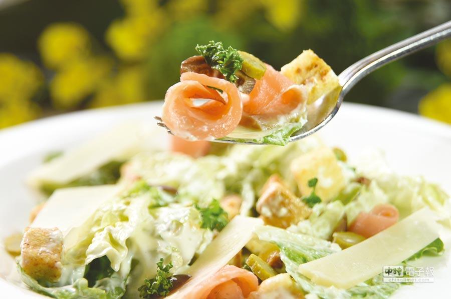 圓山飯店俄羅斯美食節中〈煙燻 鮭魚沙拉〉中的鮭魚,是廚師們自己煙燻的。圖/姚舜