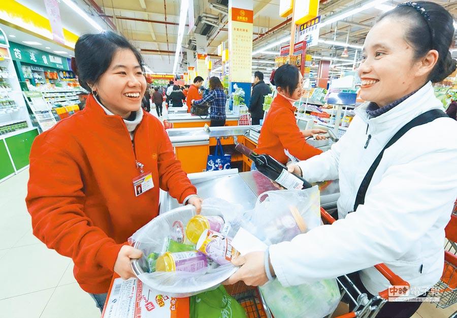 福州永輝超市內,店員在收銀台為顧客結帳。(新華社資料照片)