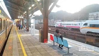 為何火車月台和遮雨棚比例超怪?