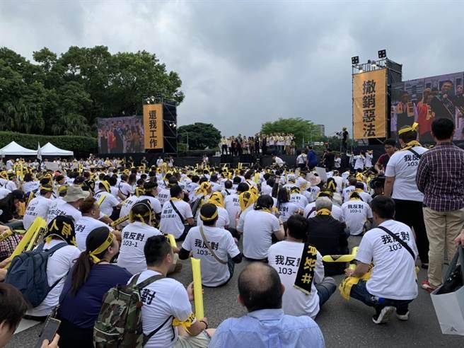 網路叫車平台自救會今日號召萬人至總統府前抗議,要求交通部撤銷修法。(李宜秦攝)