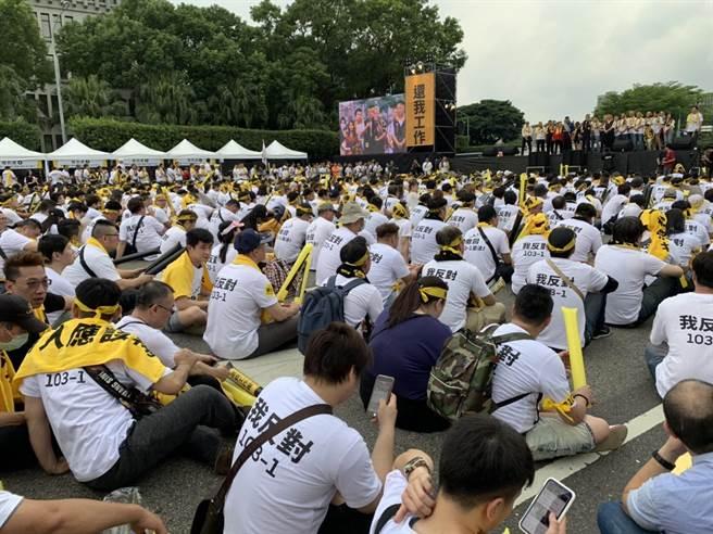 網路叫車平台自救會今號召上萬人至總統府前抗議。(李宜秦攝)