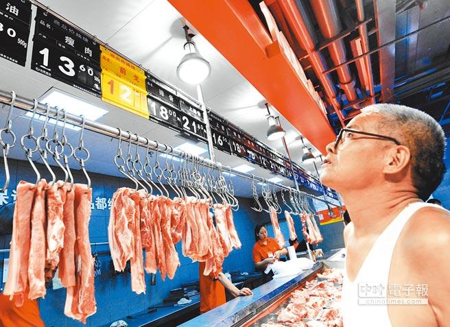 民眾在福州一家超市關注豬肉價格。(新華社資料照片)