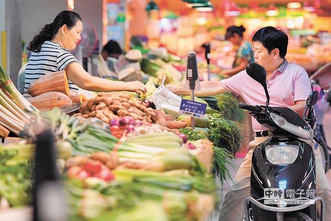 鄭州市民在菜市場買菜。(新華社資料照片)