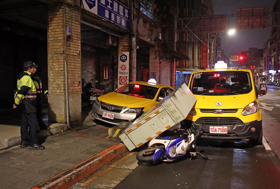 台北市民生西路發生車禍意外。(趙雙傑攝)