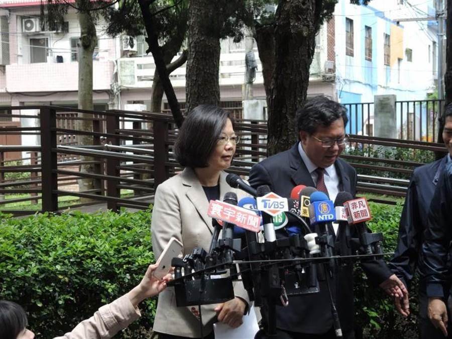蔡英文總統(左)在桃園批韓國瑜的國軍如「太監穿西裝」言論,要韓國瑜把話收回。右為桃園市長鄭文燦。(本報資料照片)