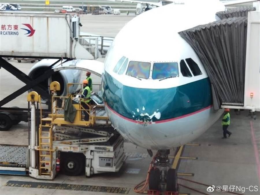 飛機機頭疑似因為雷雨而被「弄爛」(圖/翻攝自微博/星仔Ng-CS)