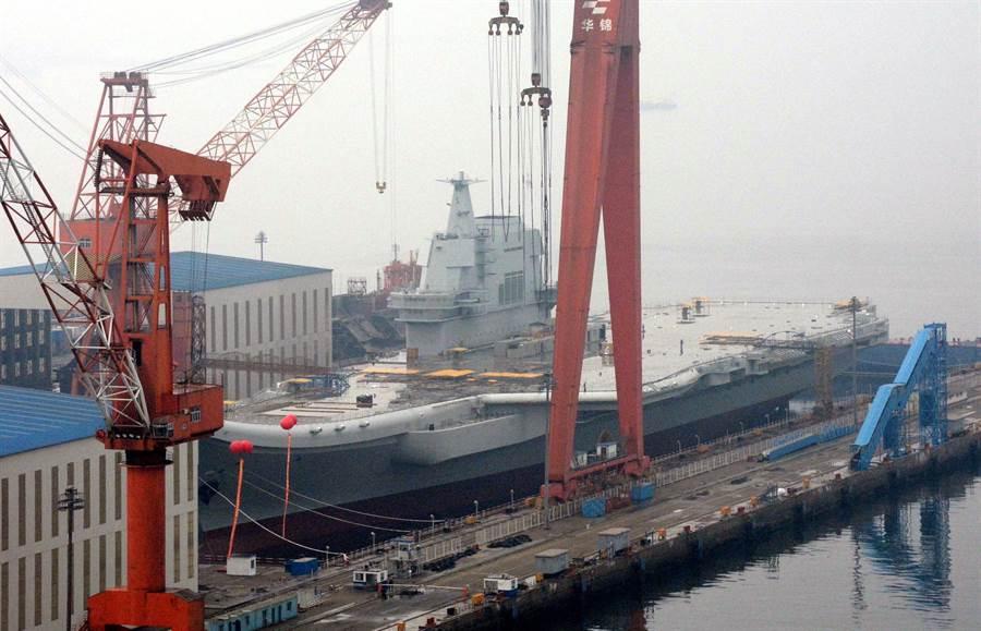 解放軍首艘自製航母002艦的資料照。(中新社)