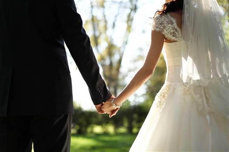 男子婚前查出被未婚妻戴綠帽,決定予以致命反擊,於婚禮當天公布新娘與上司的偷吃照片,。(示意圖/達志影像)