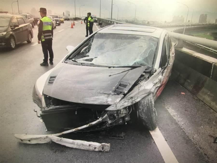 石男駕駛的自小客車嚴重凹陷毀損,導致頭部傷勢嚴重當場死亡!(陳世宗翻攝)