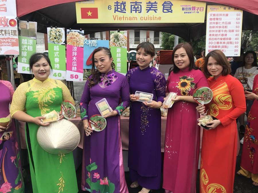 來自越南的新住民展示故鄉的美食。(陳俊雄攝)