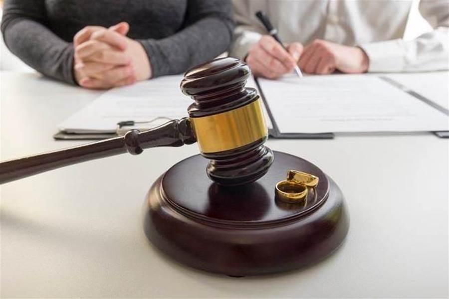 人妻睡夢中遭丈夫在腿寫字、塗黑色指甲油求離,獲法官判准離婚。 (示意圖/達志影像)