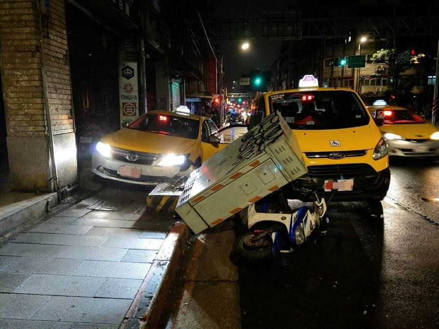 江姓計程車司機20日深夜駕車行經北市大同區民生西路,身體突然不適肇事撞倒人行道變電箱。〔謝明俊翻攝〕