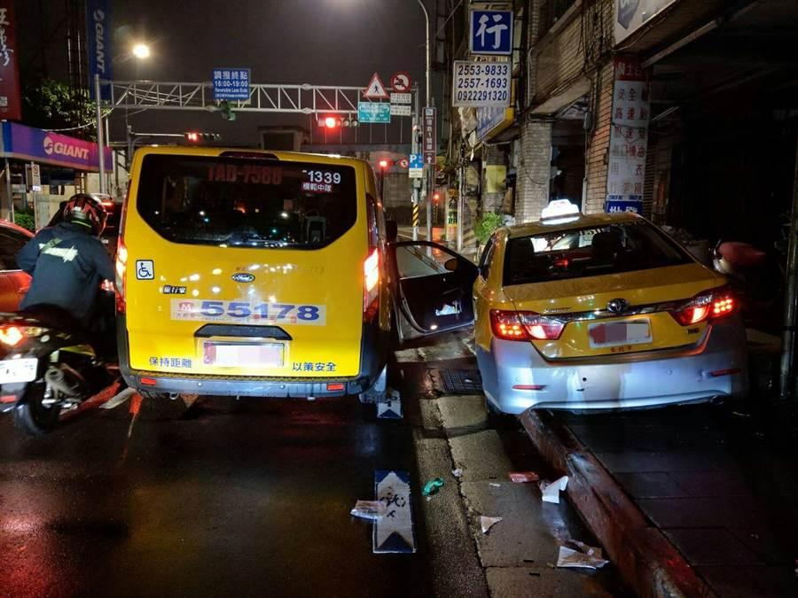 江姓計程車司機20日深夜駕車行經北市大同區民生西路,身體突然不適肇事撞及一部機車及計程車。〔謝明俊翻攝〕