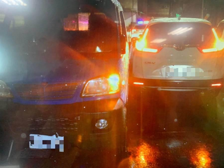 李某駕小貨車最後在大同街和一部轎車擦撞後停下。〔謝明俊翻攝〕