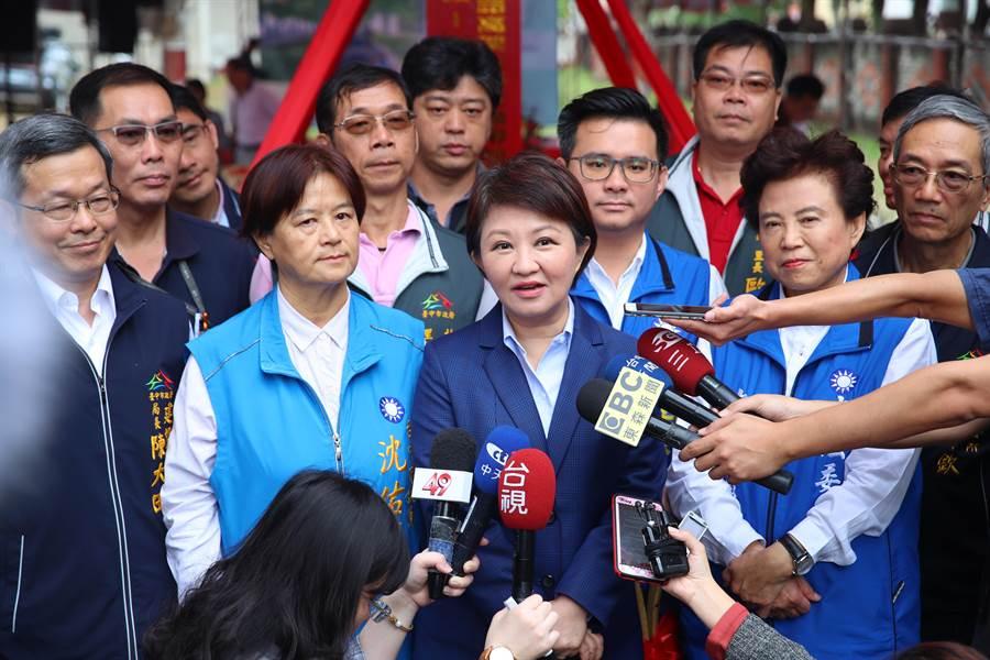 盧秀燕(前右2)出席綠空廊道動工典禮,接受媒體訪問,針對外界關注中火降載、台中花博盈虧作回答。(張妍溱攝)