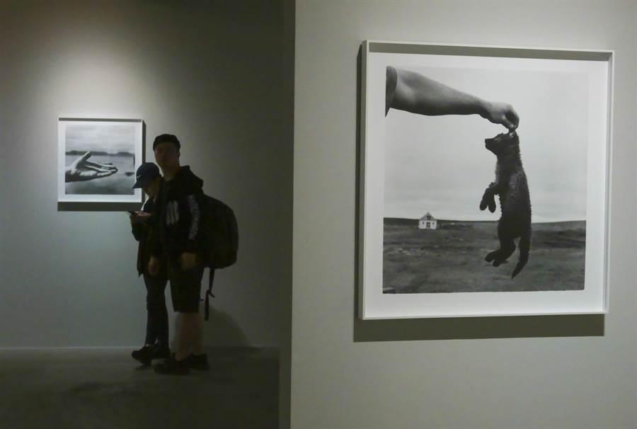 英國攝影師克里斯托佛.戴勒以冰島為題的《奇島》(Steinholt)展覽現場。
